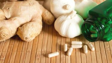 https://thumb.viva.co.id/media/frontend/thumbs3/2019/11/18/5dd262583b483-pakar-kesehatan-ungkap-obat-obatan-herbal-tak-selamanya-baik-untuk-pasien-kanker_375_211.jpg
