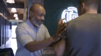 Petinju legendaris dunia, Mike Tyson, saat pamer kemampuannya