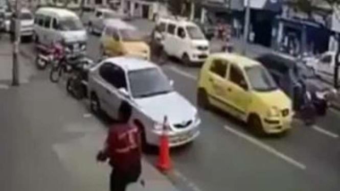 Pejalan kaki dilempar helm oleh pengendara motor