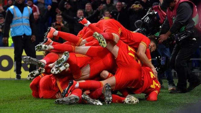 Para pemain Timnas Wales merayakan kesuksesan lolos ke Piala Eropa 2020