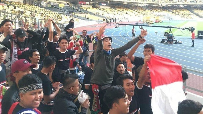 Aksi suporter mendukung skuat timnas Indonesia di Malaysia