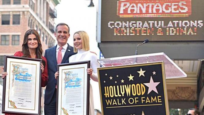 """Dua Pengisi Suara Disney's """"Frozen 2"""" Raih Penghargaan di Hollywood Walk of Fame"""