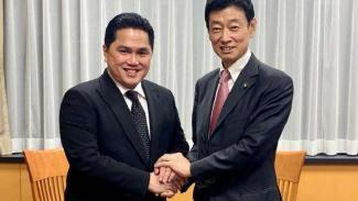 Menteri BUMN Erick Thohir bersama Yasutoshi Nishimura di Tokyo, Jepang.