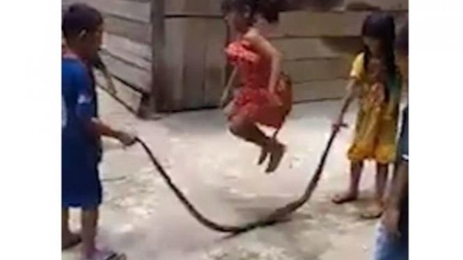Anak-anak bermain dengan ular.