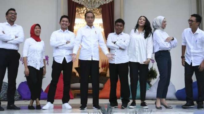 Presiden Jokowi bersama tujuh staf khusus baru dari kalangan milenial