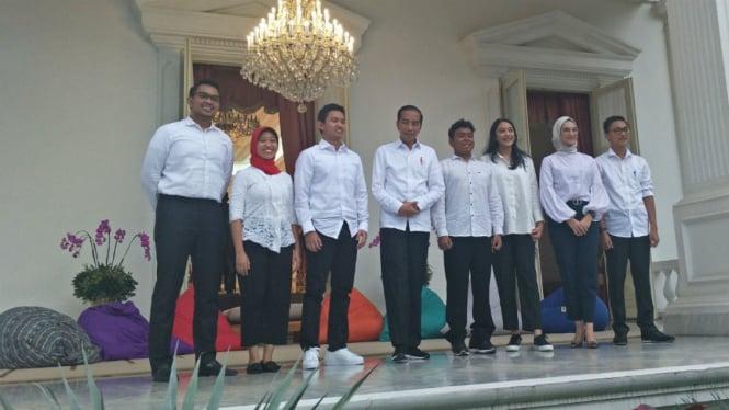 Presiden Joko Widodo bersama tujuh Staf Khusus dari kalangan milenial.