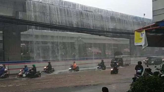 Limpasan air di tol Becakayu mirip air terjun.