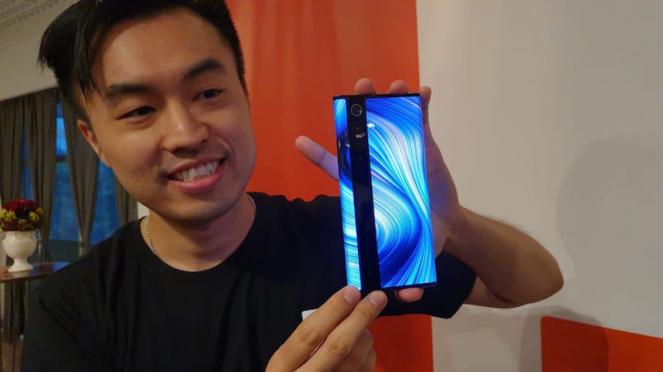 Alvin Tse pamer Xiaomi Mi Mix Alpha