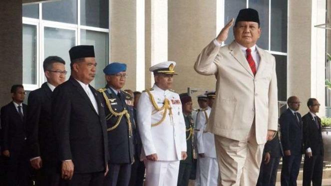 Menteri Pertahanan Prabowo Subianto (kanan).