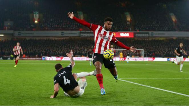 Bek Manchester United, Phil Jones, saat kalah duel dengan Lys Mousset