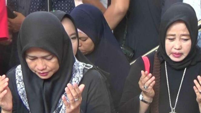 Sejumlah wanita yang menjadi korban penipuan perusahaan jasa umrah dan haji PT First Travel.