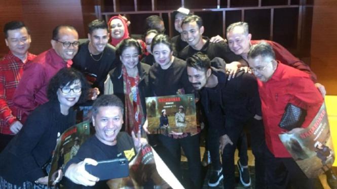 Pemain Nagabonar Reborn foto bareng dengan Megawati dan sejumlah menteri