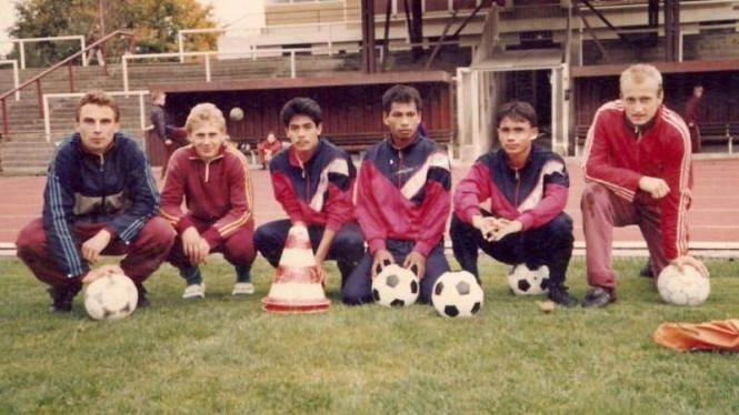 Nilmaizar (kedua dari kiri) saat di Eropa tahun 1990-an