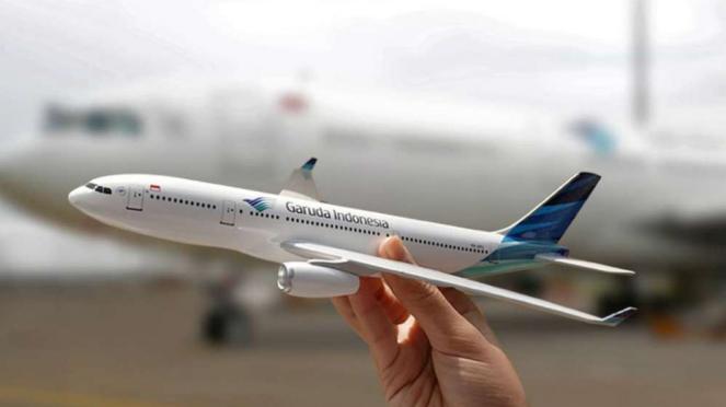 Miniatur Pesawat Airbus A330 Garuda Indonesia.