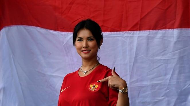 Maria Ozawa mengenakan jersey Timnas Indonesia