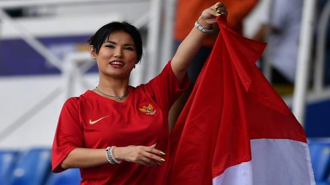 Maria Ozawa saat menonton pertandingan Grup B SEA Games 2019