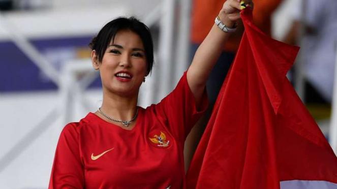 Maria Ozawa menonton Timnas Indonesia U-22.