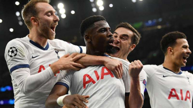 Pemain Tottenham Hotspur rayakan gol.