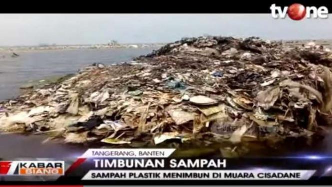 Timbunan sampah di Muara Cisadane Tangerang