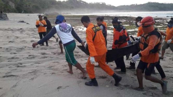 Tim SAR mengevakuasi jenazah dua nelayan Gunungkidul.