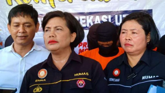 Kasubag humas Polres metro bekasi kota Kompol Erna Ruswing (baju hitam tengah)
