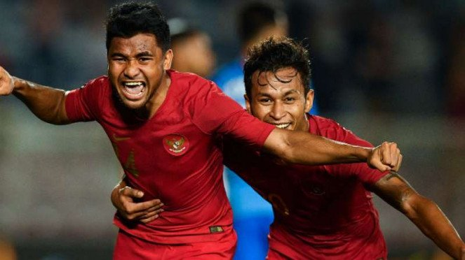 Pemain Timnas Indonesia U-22, Asnawi Mangkualam dan Osvaldo Haay rayakan gol.