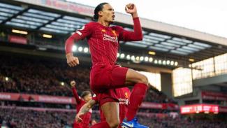 Pemain belakang Liverpool, Virgil van Dijk, melakukan selebrasi usai mencetak gol
