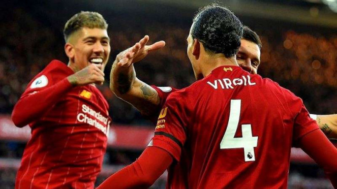 Pemain belakang Liverpool, Virgil van Dijk (4), merayakan gol