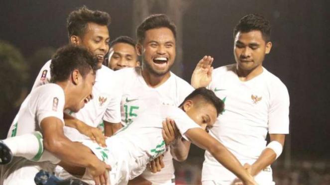 Para pemain Timnas Indonesia U-22 merayakan gol Sani Rizki Fauzi