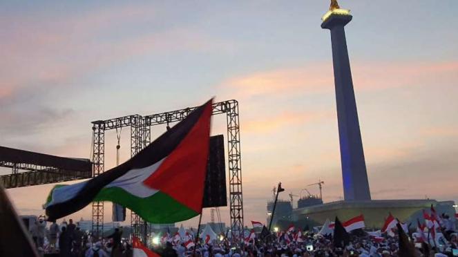 Bendera Palestina berkibar di acara reuni 212 di Monas Jakarta, Senin 2 Desember 2019.