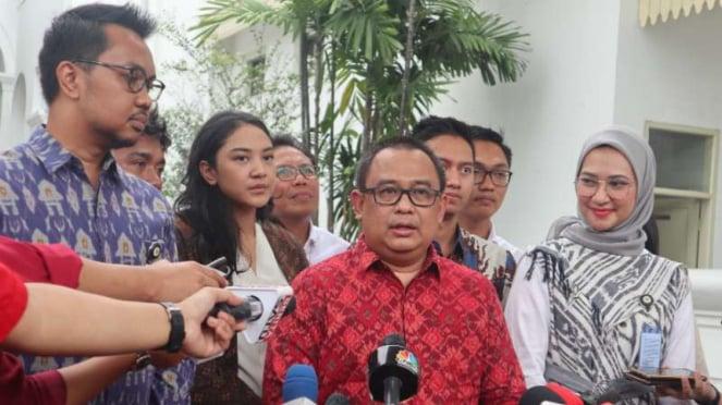 Koordinator Staf Khusus Presiden Ari Dwipayana menjelaskan tugas-tugas para staf khusus presiden usai mereka bertemu dengan Presiden Joko Widodo di Istana Merdeka, Jakarta, Senin, 2 Desember 2019.