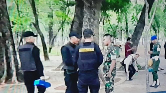 Aparat di lokasi ledakan di kawasan Monas Jakarta