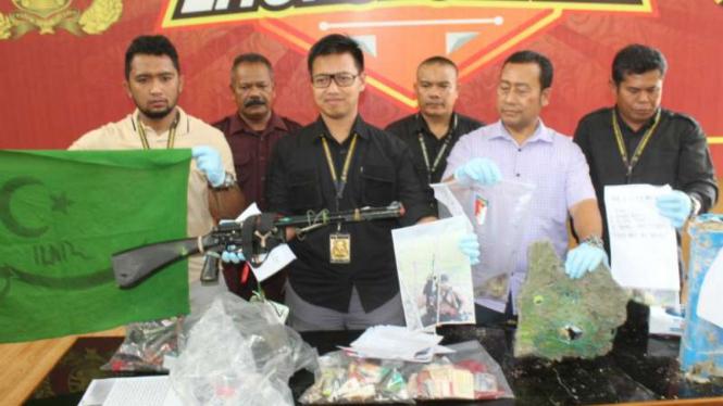 Polisi memperlihatkan senapan dan beberapa bahan peledak hasil penggeledahan sejumlah tempat persembunyian seorang pria di Kabupaten Aceh Utara, Aceh, pada Selasa, 3 Desember 2019.