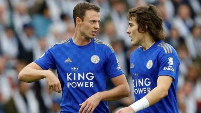Duet bek tengah Leicester City, Jonny Evans (kiri) dan Caglar Soyuncu (kanan)