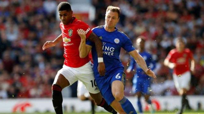 Pemain belakang Leicester City, Jonny Evans (kanan)