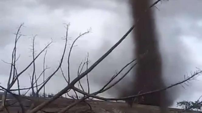 Angin puting beliung di Pulau Rote Nusa Tenggara Timur (NTT)