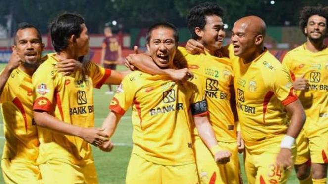 Para pemain Bhayangkara FC merayakan gol Lee Yoo-joon
