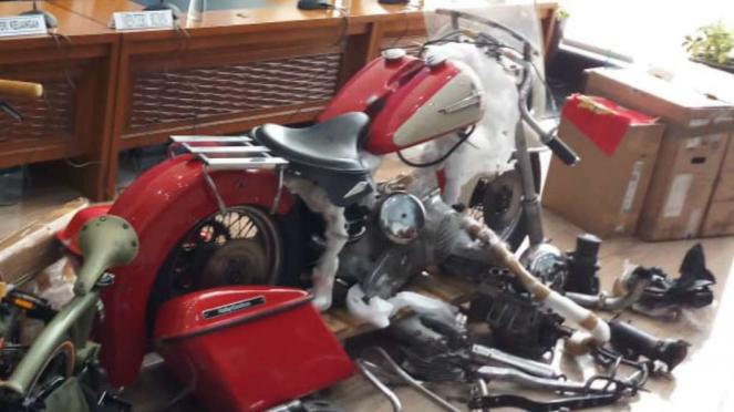 Komponen Harley Davidson selundupan di pesawat Garuda Indonesia.