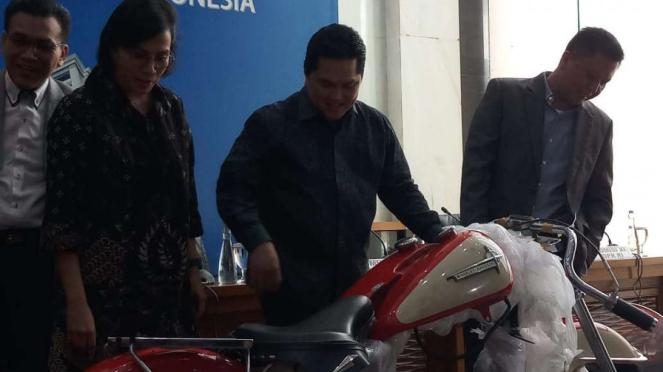 Menteri BUMN Erick Thohir dan Menkeu Sri Mulyani mengecek motor Harley Davidson.