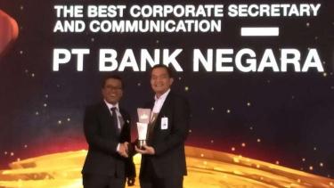 Direktur Keuangan BNI Ario Bimo (kanan) menerima penghargaan The Best Corporate Secretary and Communication dari Pemimpin Redaksi CNBC Indonesia Wahyu Daniel (kiri) pada acara Malam penganugerahan CNBC Indonesia Awards 2019 di Jakarta, Rabu (4/12).