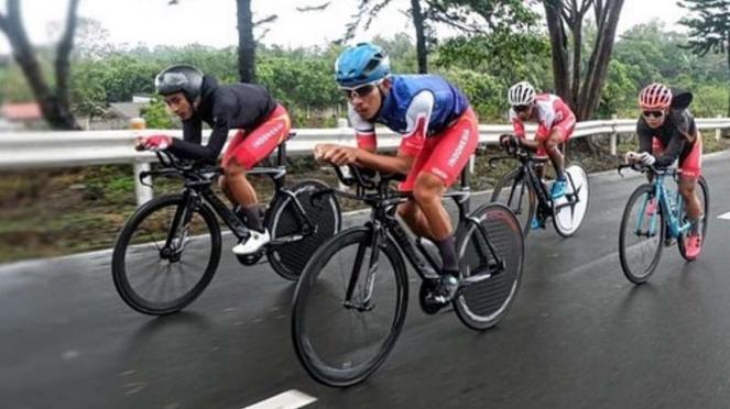 Atlet balap sepeda Indonesia, Aiman Cahyadi (kanan) di ajang SEA Games 2019