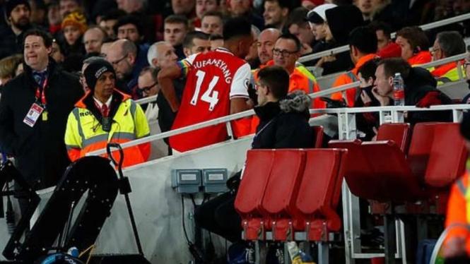 Striker Arsenal, Pierre-Emerick Aubameyang cabut dari lapangan.