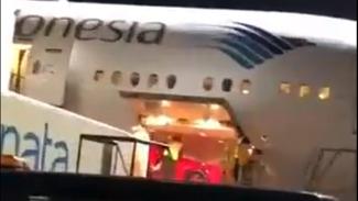 Mobil Ferrari di ruang kargo Garuda Indonesia