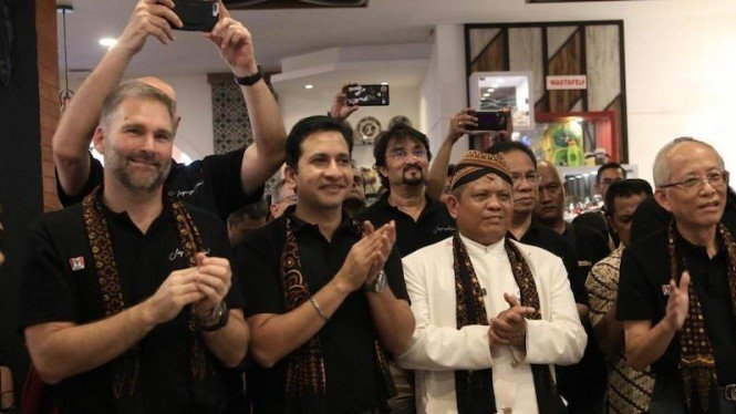 Foto dari kiri ke kanan: Richard Wallis GM KFC Greater Asia, Shivashish Pandey CEO PT Fast Food Indonesia, Agus Sutrisna Perwakilan Wali Kota Solo/Surakarta, JD Juwono Direktur PT Fast Food Indonesia.