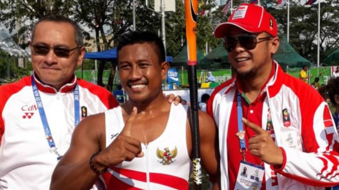 Atlet Kayak Indonesia, Maizir Ryondra (tengah) raih emas SEA Games 2019