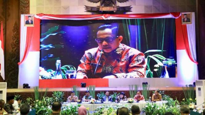 Menteri Dalam Negeri Tito Karnavian saat menghadiri Rapat Koordinasi Gabungan Tingkat Kementerian/Lembaga tentang Peningkatan Pengendalian Kebakaran Hutan dan Lahan di Jakarta, Jumat, 6 Desember 2019.