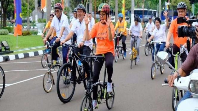 Menteri Keuangan RI, Sri Mulyani mengendarai sepeda Brompton (foto ilustrasi).