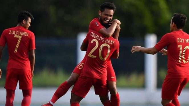 Para pemain Timnas Indonesia U-22 merayakan gol Saddil Ramdani