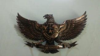 Garuda Pancasila yang terbuat dari logam jenis kuningan. Dibuat dari lembaran logam, dibuat dengan teknik khusus oleh para perajin logam terampil.