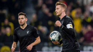 Kapten Borussia Dortmund, Marco Reus, melakukan selebrasi usai mencetak gol